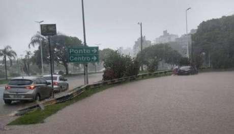 Ruas de Florianópolis estão debaixo d'água pelas fortes chuvas.