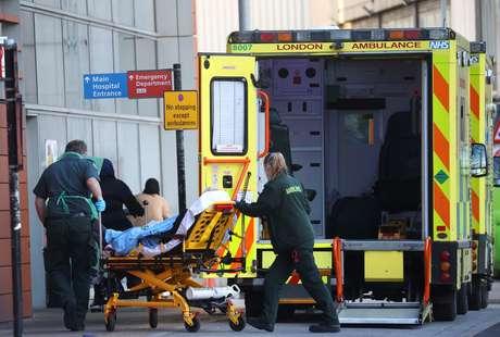 Paramédicos transferem paciente em meio a surto de coronavírus. Londres, Reino Unido. 23/01/2021. REUTERS/Henry Nicholls
