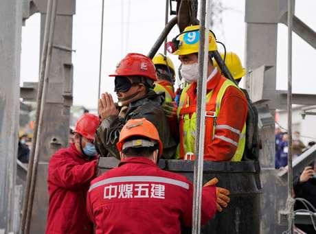Equipes de resgate ajudam um mineiro sendo trazido à superfície depois de ficar 14 dias preso após explosão em na mina de ouro Hushan. Qixia, província de Shandong, China. 24/01/2020. cnsphoto via REUTERS