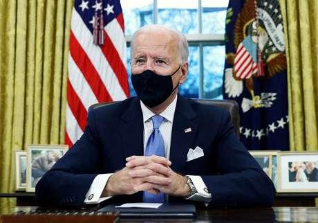 Presidente dos EUA, Joe Biden, assina ordens executivas na Casa Branca, em Washington, EUA. 20/01/2021 REUTERS/Tom Brenner/Foto de arquivo
