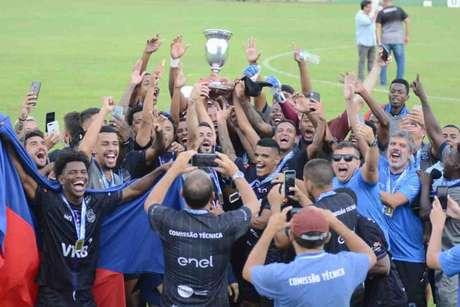 Pérolas Negras comemorando o título da Taça Waldir Amaral (Foto: Marcos Faria/FFERJ)