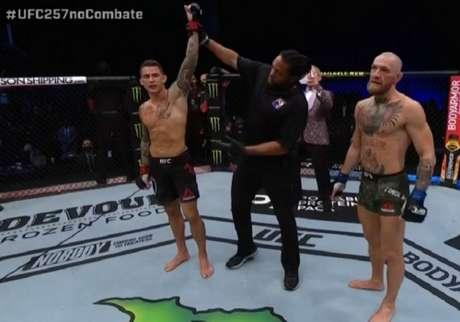 Dustin Poirier nocauteou Conor McGregor na luta principal do UFC 257 (Foto: Reprodução/Combate)