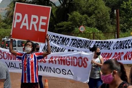 Pessoas atingidas por rompimento de barragem da Vale em Brumadinho (MG) protestam contra a empresa  25/01/2021 REUTERS/Washington Alves