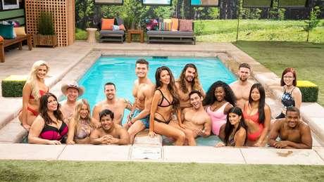 O campeão (ao centro, de bermuda azul; ao lado da  agora ex-namorada Holly) com os outros competidores da 21ª edição do 'Big Brother' americano