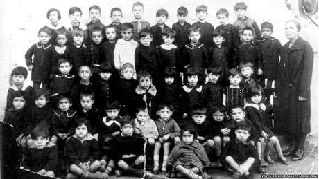 Alunos da escola primária da Alliance School onde estudou Isaac Jacob Menache, pai de Leon. Salônica,1928-29.