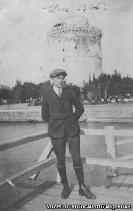 Isaac Menache, aos 18 anos, em frente à Tour Blanche, fortaleza no porto de Tessalônica, março de 1925