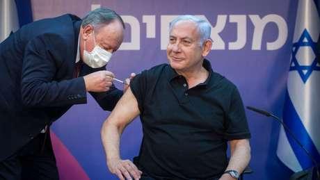 Primeiro-ministro de Israel, Benjamín Netanyahu, recebe a vacina contra a covid-19 - governo firmou acordo com a Pfizer que garante grande quantidade de vacinas.