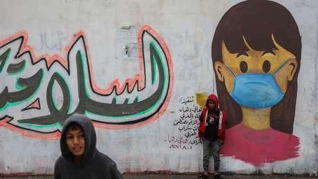 Mural na faixa de Gaza faz alerta sobre o coronavírus