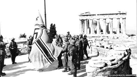 Nazistas na Acrópole durante a ocupação da Grécia pela Alemanha