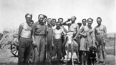 Isaac Jacob Menache (o primeiro à esquerda) no campo de trabalho forçado. Tatoi, 1944