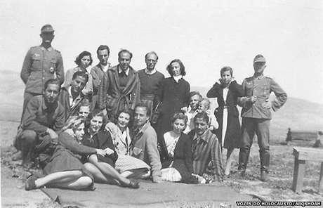 Isaac Jacob Menache (em pé, o terceiro a partir da esquerda) no campo de trabalho forçado do aeroporto militar de Atenas, sob ocupação alemã, 1944