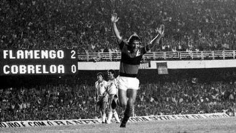 Zico marcou os dois gols no 2 a 1 do Rubro-Negro sobre o Cobreloa, no primeiro jogo da decisão (Reprodução)