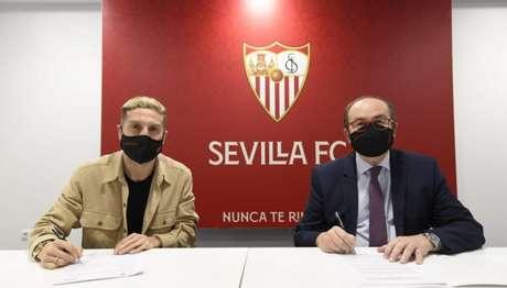 Papu Gómez assinou contrato ao lado de José Castro Carmona, presidente do Sevilla (Foto: Divulgação / Sevilla)