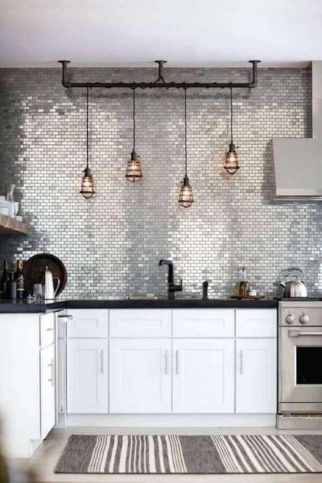 45. As pastilhas metalizadas deram um ar moderno na decoração de cozinha estilo industrial – Foto: Archidea