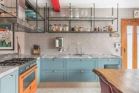 47. Armários azuis vintade para decoração de cozinha estilo industrial – Foto: Casa de Valentina