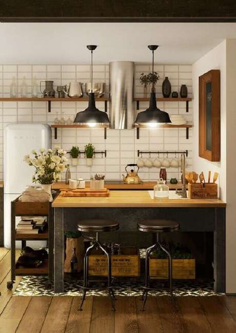 36. Decoração de cozinha estilo industrial simples com bancada e prateleiras de madeira – Foto: Behance