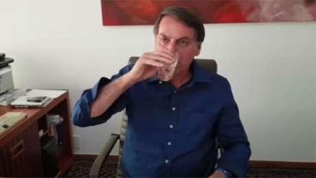 Em transmissão ao vivo para milhares de pessoas, Bolsonaro tomou um comprimido de hidroxicloroquina