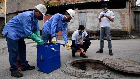 Os esforços para detectar o mais cedo possível novas variantes incluem o teste de amostras de esgoto em cidades como Belo Horizonte