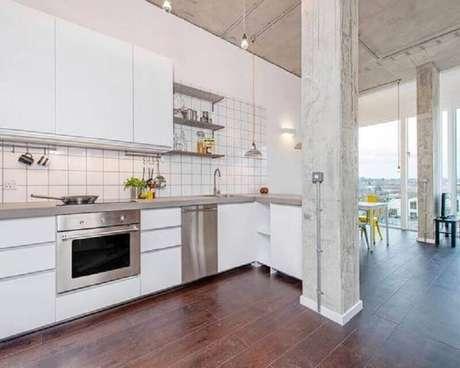 23. Decoração clean com armários brancos para cozinha estilo industrial simples – Foto: Pinterest
