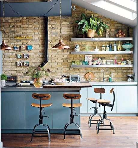 44. Parede rústica de tijolinho para decoração de cozinha estilo industrial moderna com ilha azul – Foto: Jeito de Casa