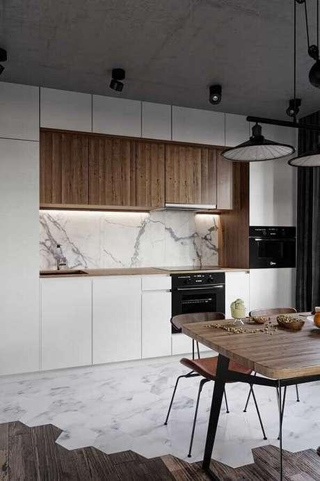 24. Decoração de cozinha estilo industrial moderna com armários planejados brancos e mármore para parede – Foto: Behance