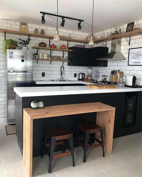 39. Bancada de madeira pequena para decoração simples de cozinha americana estilo industrial – Foto: Jeito de Casa