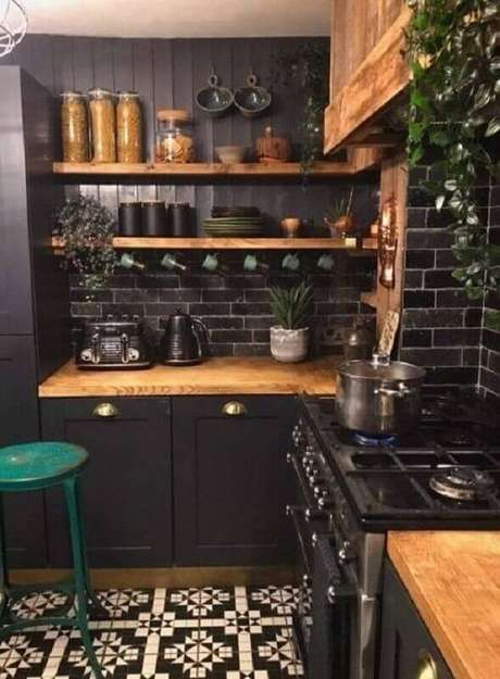 34. Prateleiras e bancada de madeira para decoração de cozinha estilo industrial preta – Foto: Pinterest
