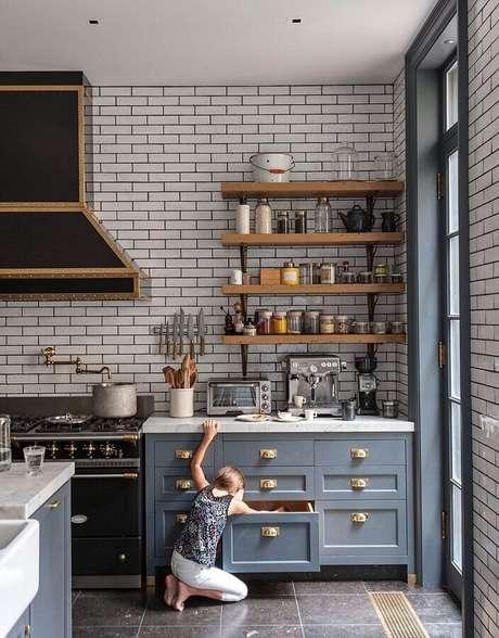 27. Prateleiras de madeira e parede de tijolinho branco para decoração de cozinha estilo industrial – Foto: 33DECOR