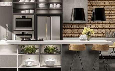 32. Decoração de cozinha estilo industrial moderna com ilha – Foto Benvini Ambientes