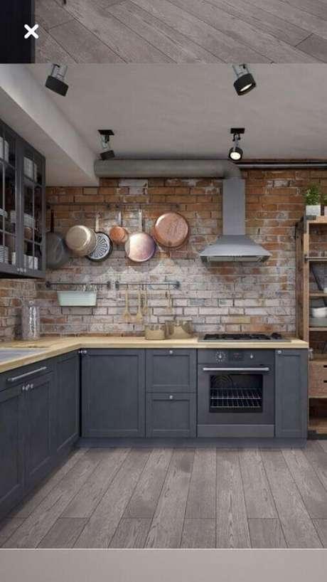 28. Decoração de cozinha estilo industrial com armários cinza e parede de tijolinho rústica – Foto: Pinterest