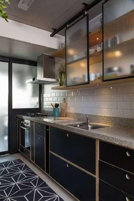 5. Decoração com armários pretos para cozinha planejada estilo industrial – Foto: Arkpad