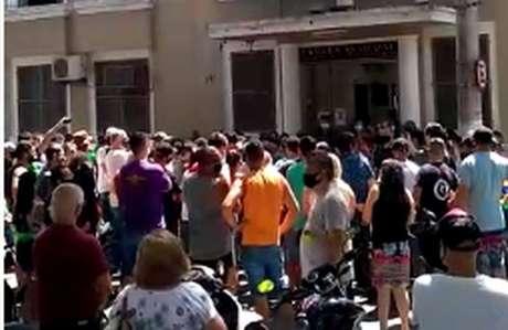 Comerciantes e donos de bares se concentram em frente ao prédio da prefeitura, em Caçapava