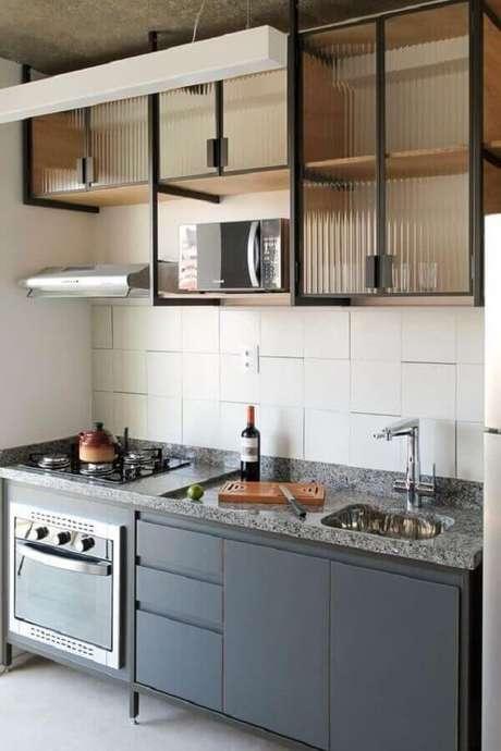 37. Decoração simples para cozinha estilo industrial pequena com armário aéreo com portas de vidro – Foto: Pinterest