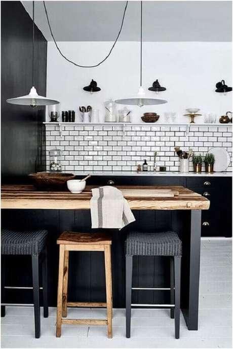 20. Bancada de madeira para decoração de cozinha estilo industrial preta e branca – Foto: Mariely Delrey