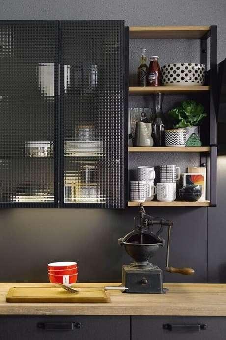14. Armário de cozinha estilo industrial com portas de vidro – Foto: Pinterest