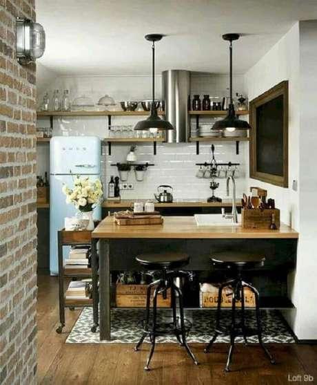40. Cozinha estilo industrial simples decorada com prateleiras e bancada de madeira e geladeira azul retrô – Foto: Futurist Architecture