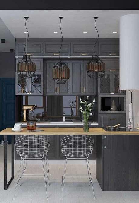 26. Luminárias pendentes para decoração de cozinha estilo industrial cinza com armários vintage – Foto: Home Fashion Trend