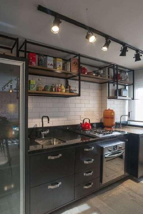 42. O trilho de luz é muito usado na decoração de cozinha estilo industrial pequena – Foto: DeHouse