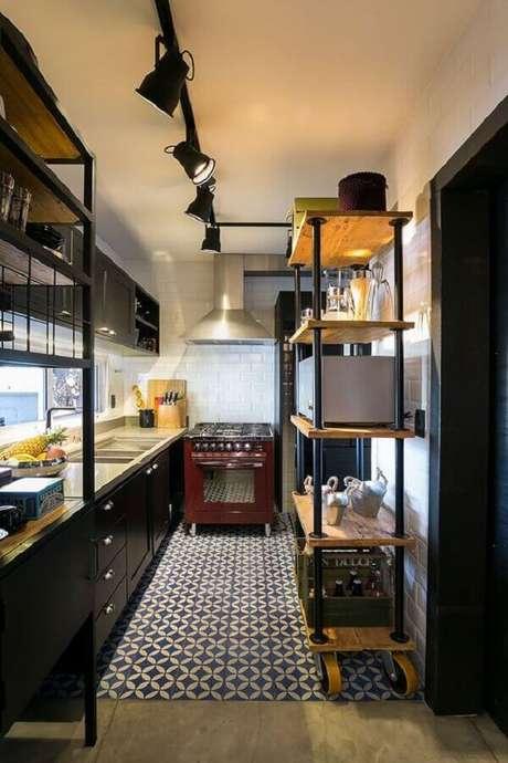 50. Decoração simples com trilho de luz para cozinha estilo industrial pequena – Foto: Casa de Valentina