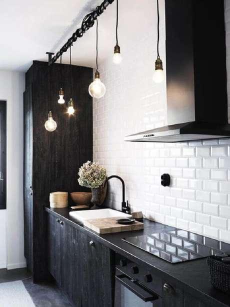 35. Decoração com subway tile para cozinha estilo industrial preta e branca – Foto: Pinterest