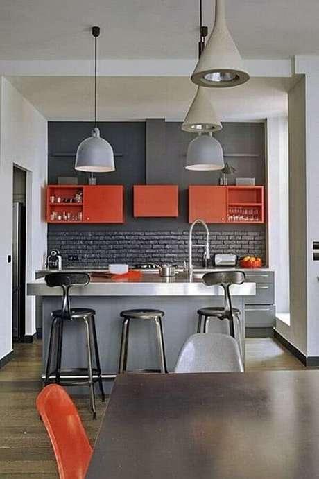 13. Invista em pontos de cor na decoração de cozinha estilo industrial e deixe o ambiente mais divertido – Foto: Pinterest