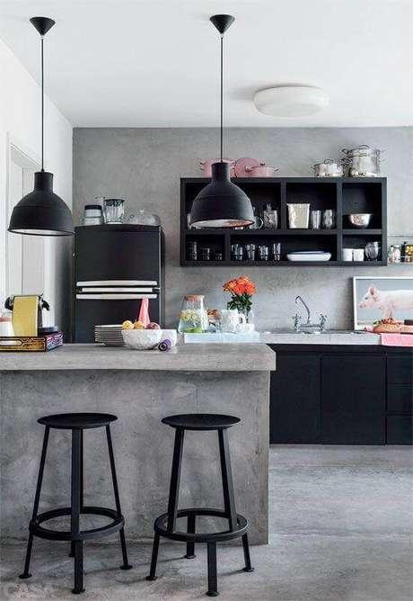 31. Cimento queimado para decoração de cozinha estilo industrial com armários pretos – Foto: Arquiteto de Bolso