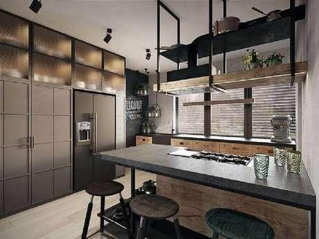 33. Decoração de cozinha estilo industrial moderna planejada com armários pretos – Foto: Pinterest
