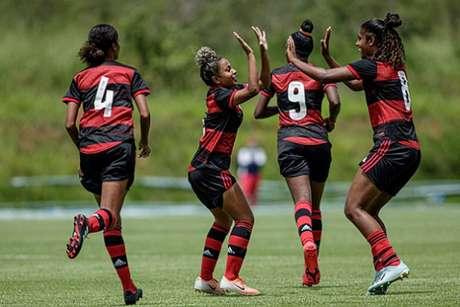 Jogadoras do Flamengo comemoram um dos gols (Foto: Adriano Fontes/CBF)
