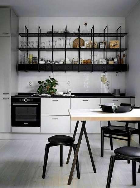48. Prateleira estilo industrial para cozinha planejada com armários brancos – Foto: Finnish Design Shop
