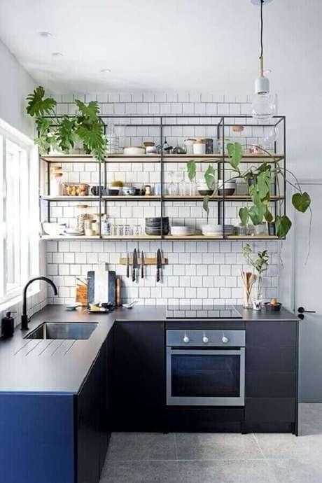 46. Prateleira estilo industrial para cozinha azul e branca – Foto: Jeito de Casa