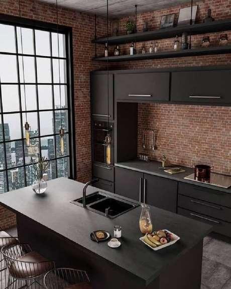 2. Armários pretos para decoração de cozinha estilo industrial moderna com ilha e parede de tijolinho – Foto: Tobi Makinde