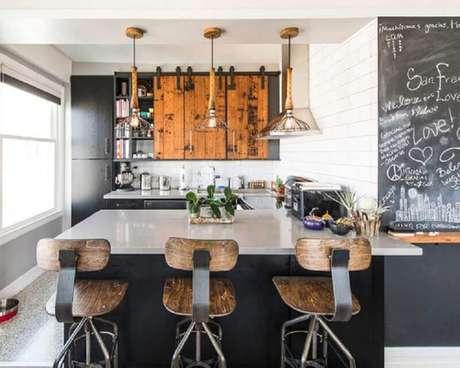 19. Banquetas de madeira e ferro para decoração de cozinha estilo industrial – Foto: Simples Decoração