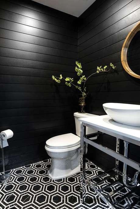 30. Banheiro com papel de parede preto – Via: Arkpad