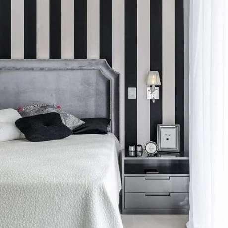 31. Decoração moderna com papel de parede listrado – Via: Apartment Therapy